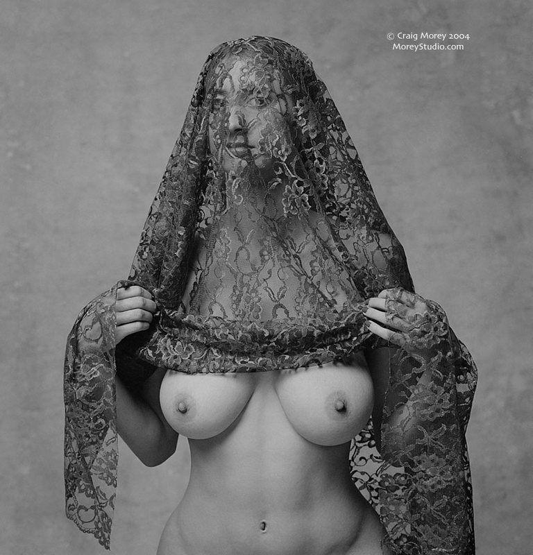768x800, 108 Kb / женщина, сиськи, платок, накидка, ч/б