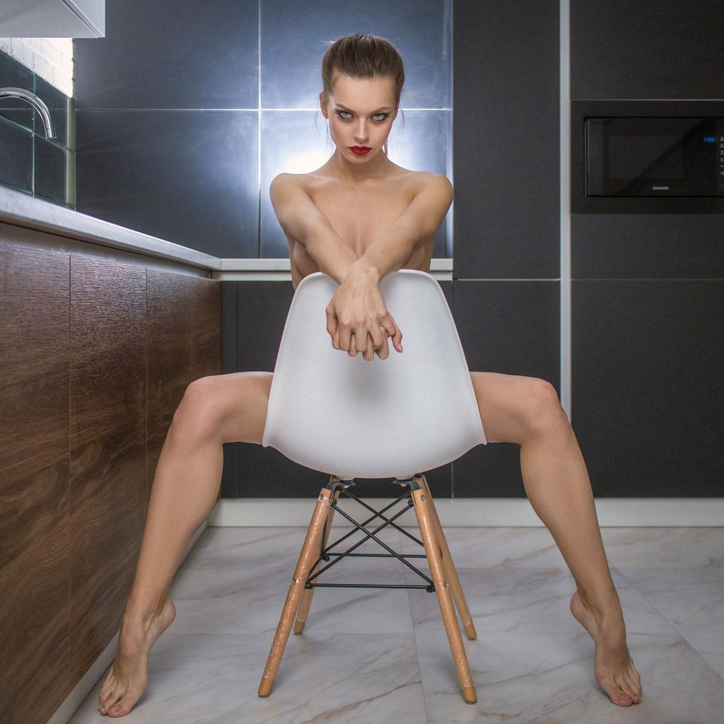 1024x1024, 93 Kb / Виктор Стингер, Анастасия, стул, кухня, блондинка