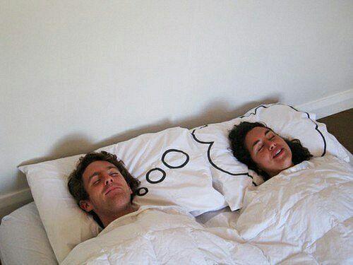 500x375, 36 Kb / пара, постель, подушки, сон