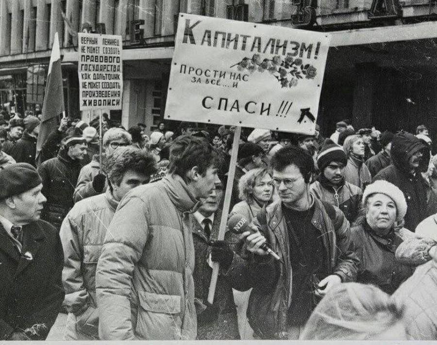 900x710, 223 Kb / демонстрация, протест, плакат, ч/б, капитализм, ссср, журналист