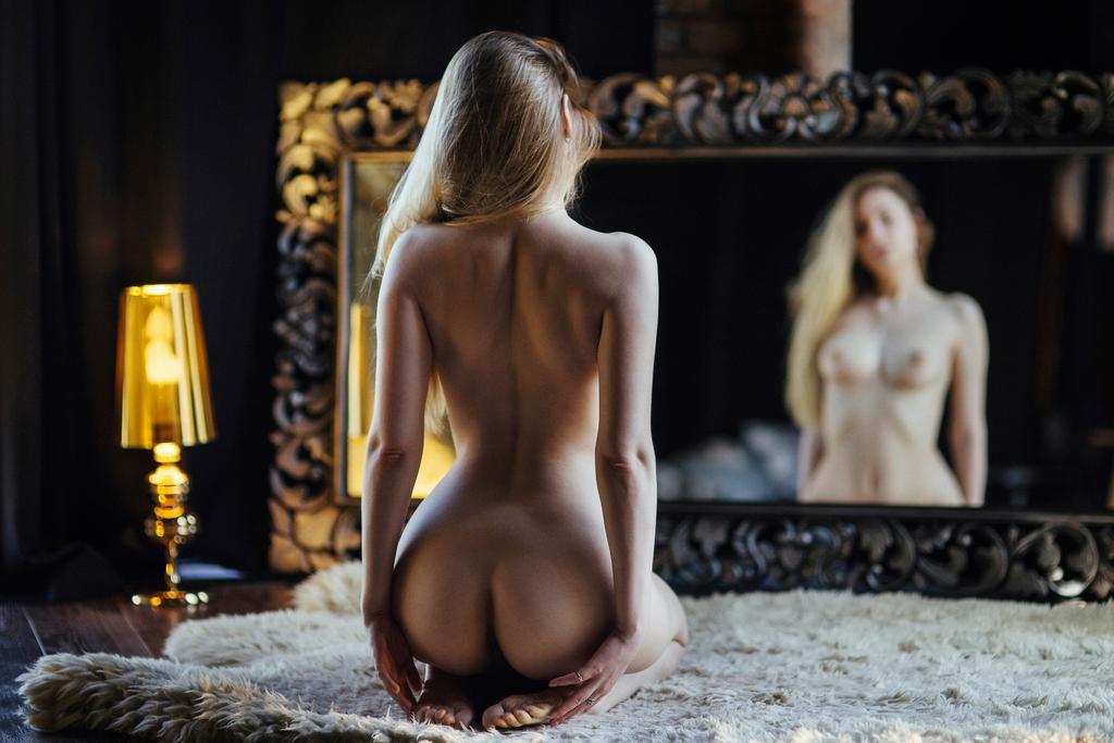 1024x683, 72 Kb / сиськи, голая, зеркало, ковёр, лампа