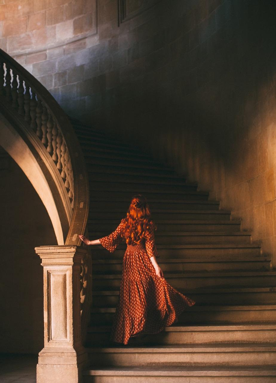 924x1280, 191 Kb / женщина, рыжая, лестница, перила, стена, красное, платье
