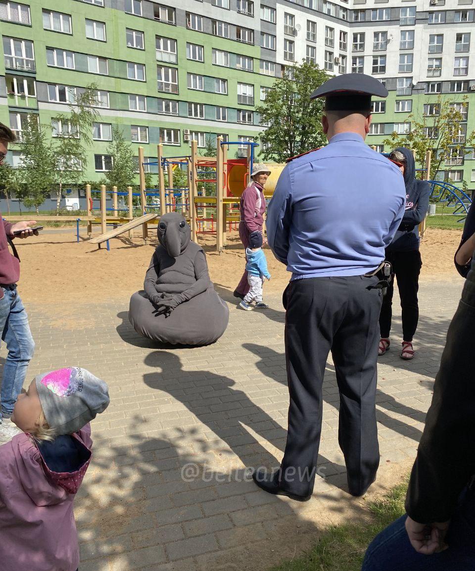 960x1154, 387 Kb / полицейский, участковый, площадка, ждун, жители, милиционер, минск