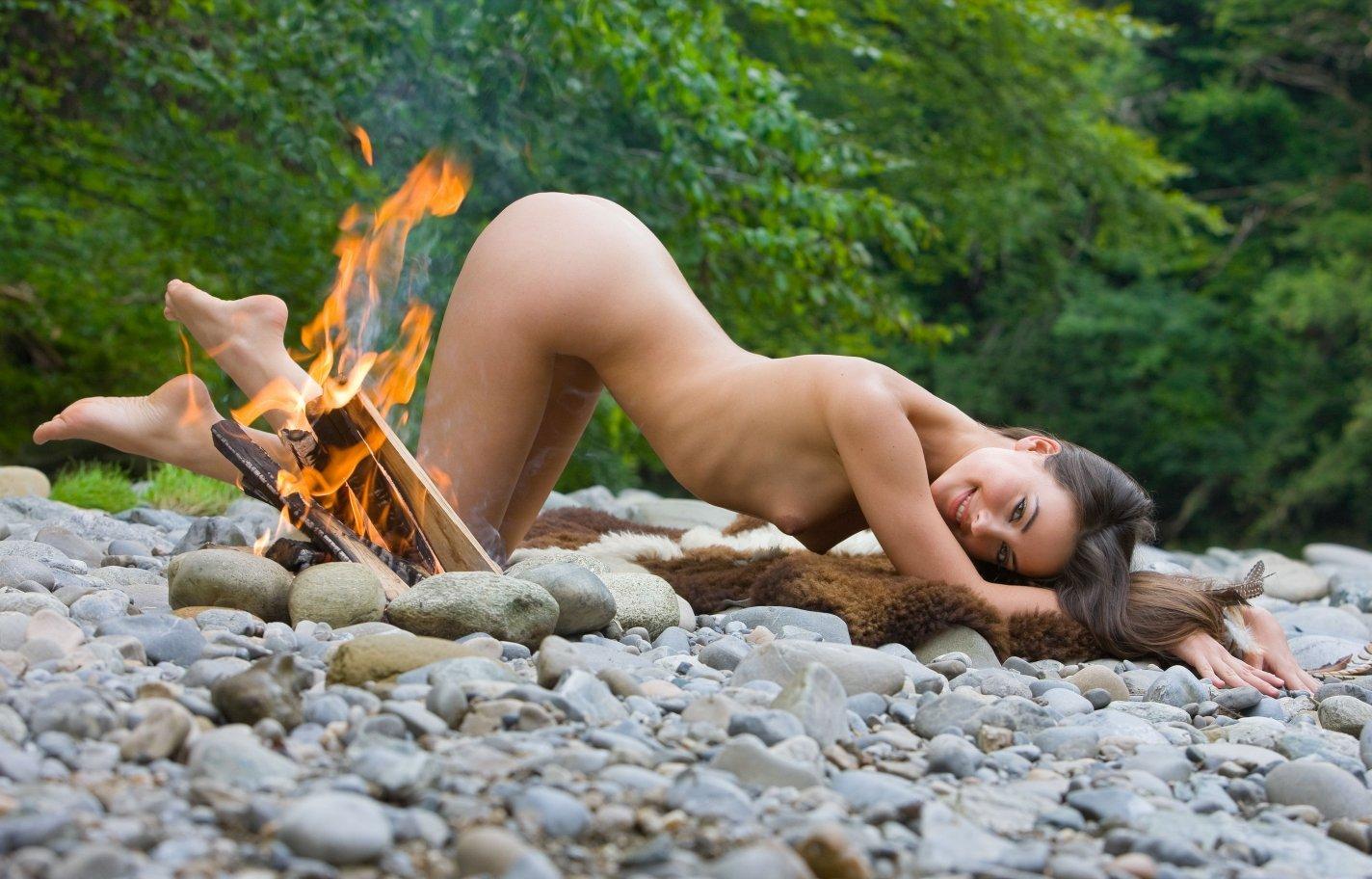 1424x912, 222 Kb / женщина, костер, огонь, камни, шкура, раком