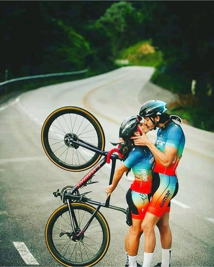 720x900, 69 Kb / дорога, велосипед, велосипедисты, поцелуй