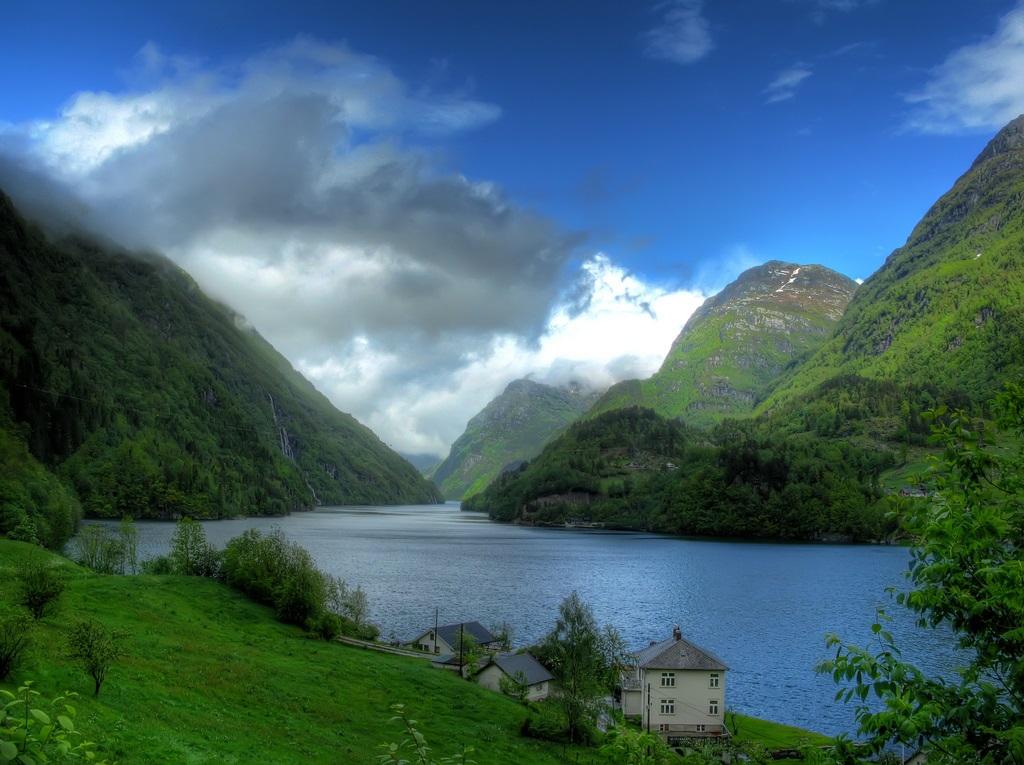 1024x765, 261 Kb / горы, небо, облака, трава, деревья, лес, дома, воды, Норвегия