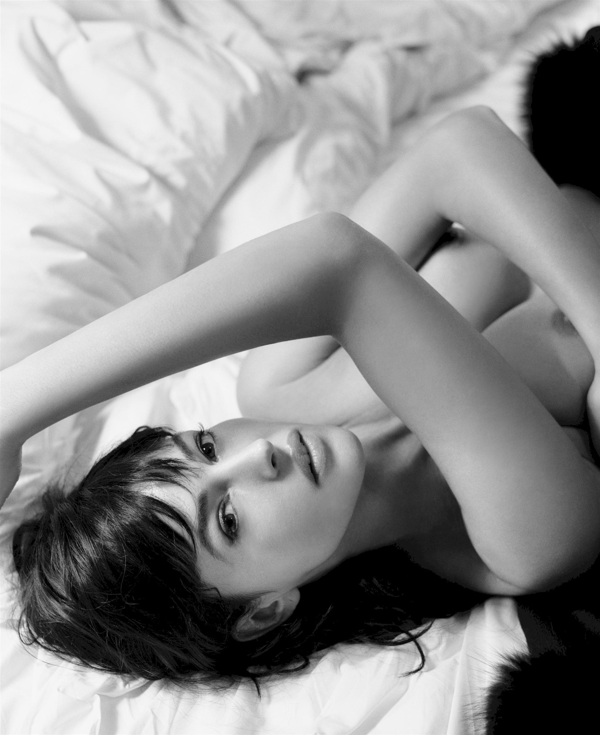 2043x2500, 617 Kb / ч/б, Monica Bellucci, постель, моника беллуччи