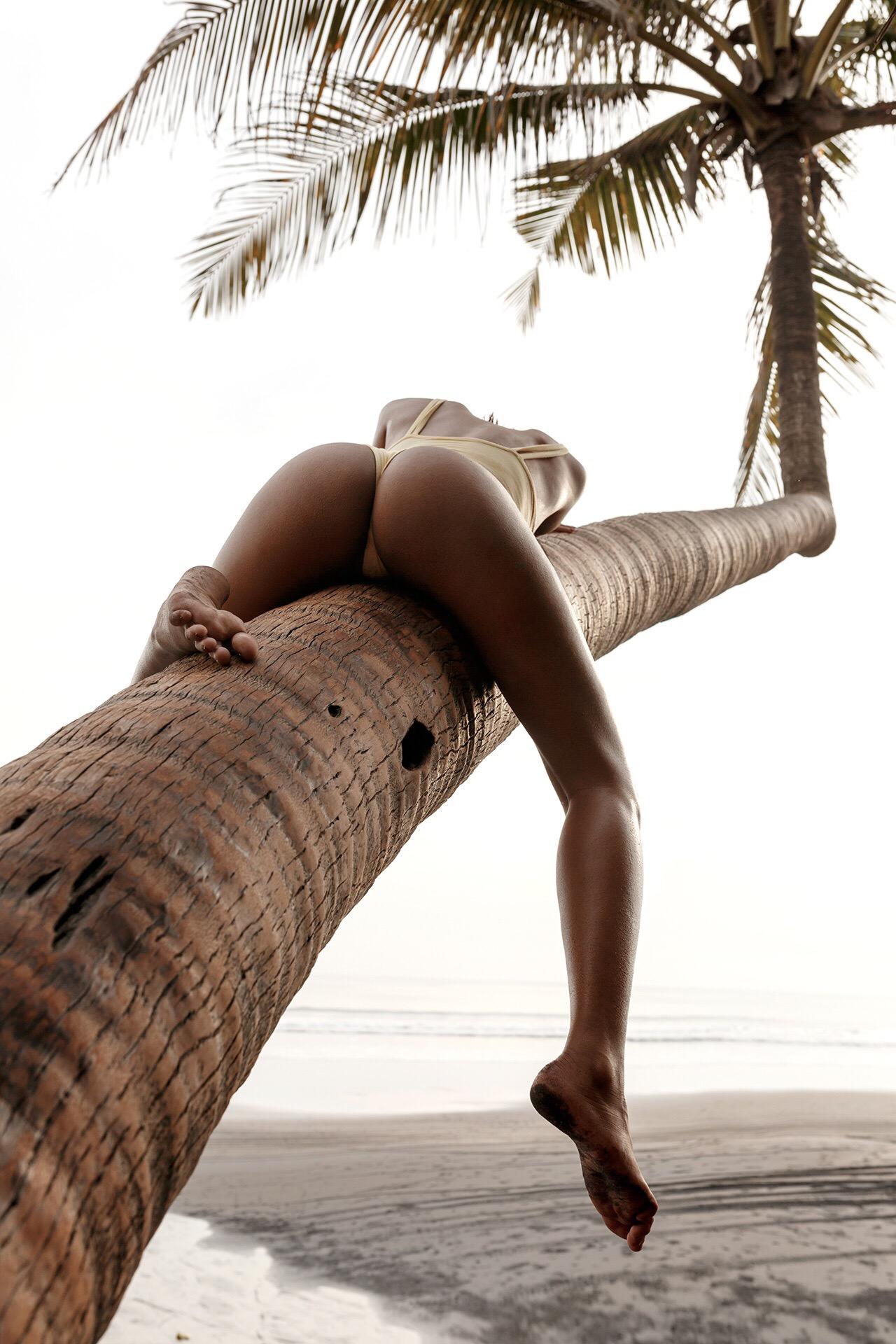 1280x1920, 463 Kb / Пальма, море, ноги, пляж, попа, Lydia Rose