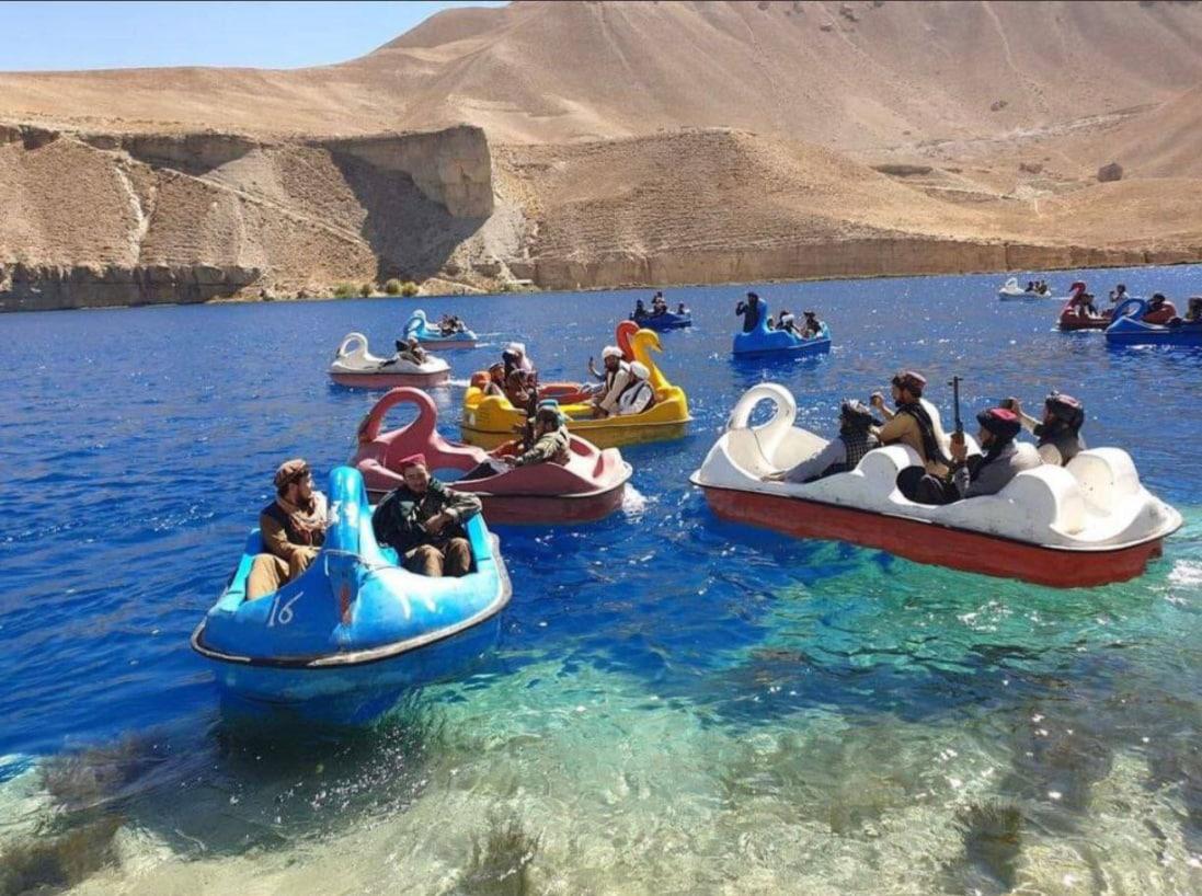 1097x818, 191 Kb / Талибы, лебеди, лодки, автоматы, озеро